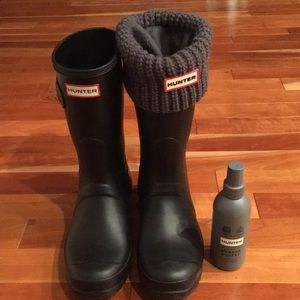 Hunter boots with knit socks and rubber buffer.